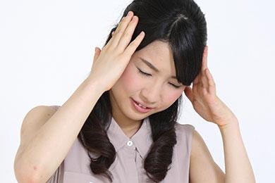 重曹ホワイトニングの落とし穴に頭を抱える女性